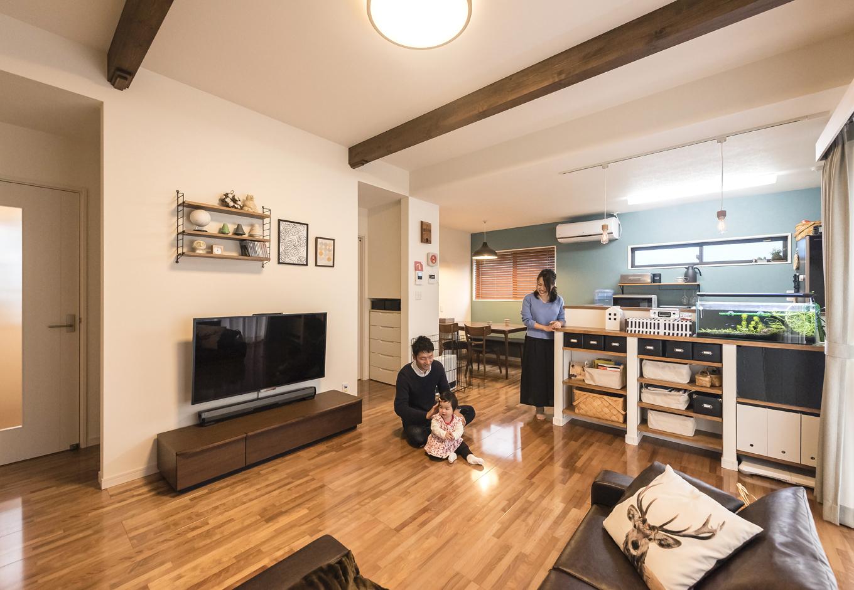 省燃費住宅 大洋工務店【子育て、収納力、省エネ】カフェをイメージしたLDK。バスルームやトイレの前に1枚壁を設けることで、生活感が感じられない空間に。リビングの天井だけ30cm高くし、LDKそれぞれの空間をごく自然に感じられるようになっている