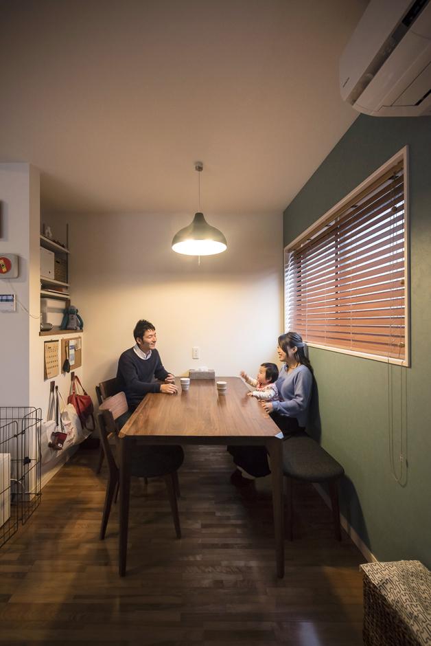 省燃費住宅 大洋工務店【子育て、収納力、省エネ】キッチンからの動線がいいダイニング。背面の収納はバスルーム前の収納と上下入れ子になっている。将来はこの場所を子どものスタディスペースとしても使いたいと考え、書棚として活用予定