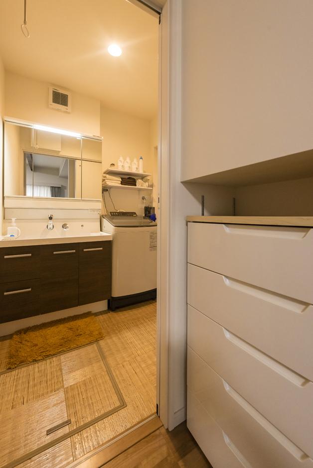 省燃費住宅 大洋工務店【子育て、収納力、省エネ】洗面室の入り口の収納スペースには、衣類などを収納。1つの収納スペースを洗面室前とダイニングの両方から使えて便利