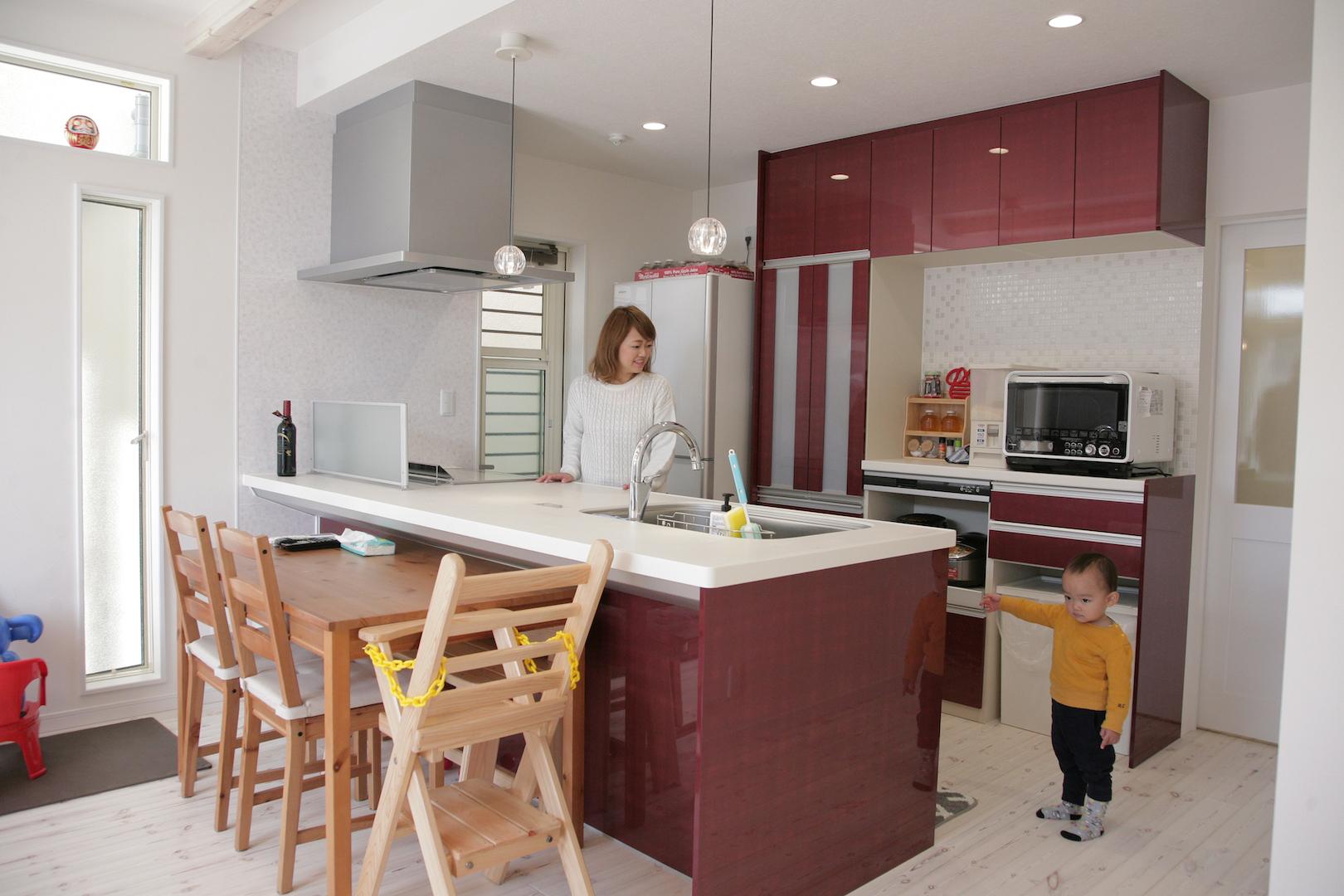 省燃費住宅 大洋工務店【デザイン住宅、子育て、自然素材】キッチンはオープンタイプを採用。赤が差し色に