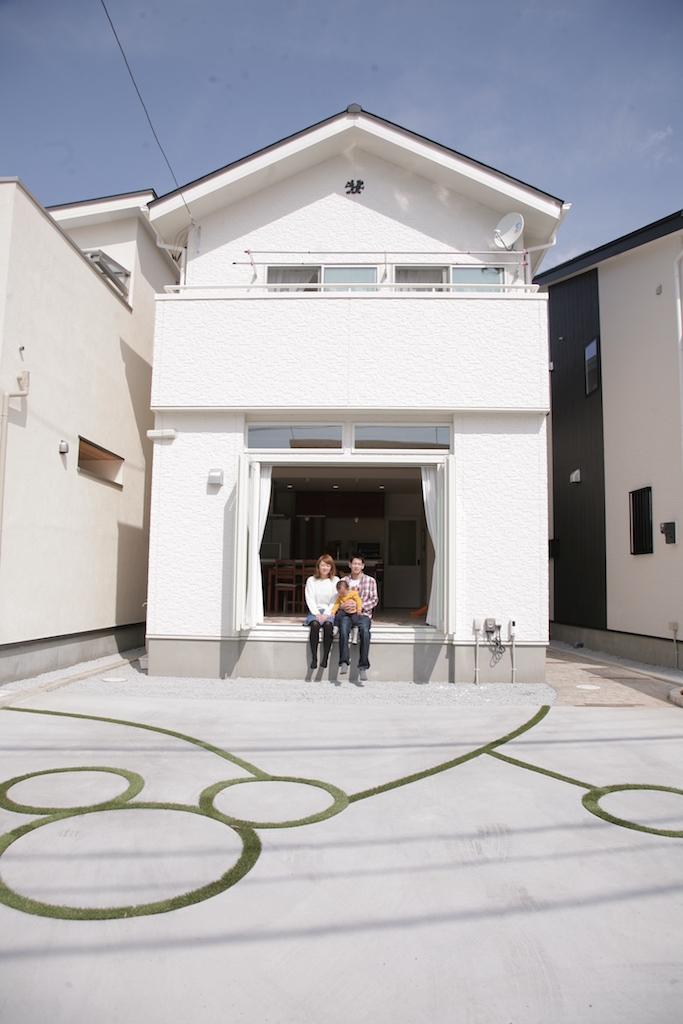 省燃費住宅 大洋工務店【デザイン住宅、子育て、自然素材】幅2.5mの全面開口サッシがリビングと庭との一体感を生み出す。上部には明かり取りのスリット窓を設けてリビングに光を招き入れる