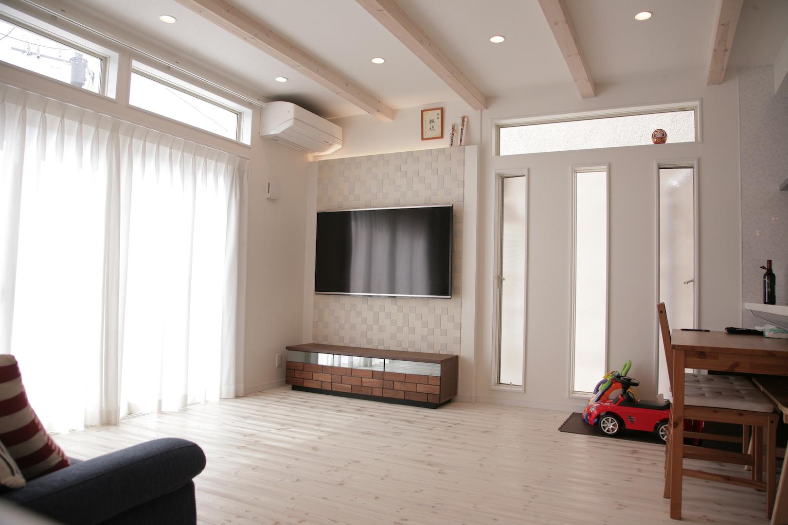 省燃費住宅 大洋工務店【デザイン住宅、子育て、自然素材】リビングは天井を高くし、表し梁をアクセントに広い空間演出を