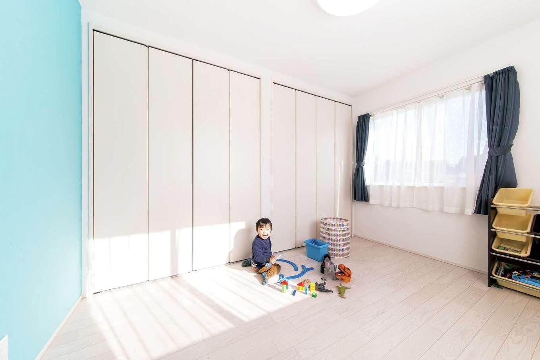 朝日夢工房【子育て、趣味、間取り】子どもの成長とともに、思い出の品が増えてもちゃんと残しておけるよう、長男の部屋にも大きな収納スペースを設けた