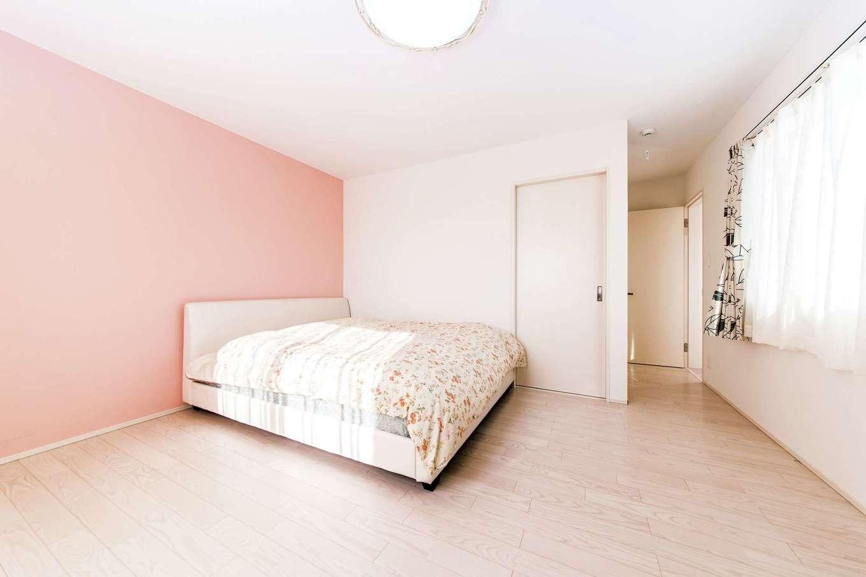 朝日夢工房【子育て、趣味、間取り】寝室の優しい色合いのカラー漆喰は奥さまがチョイス