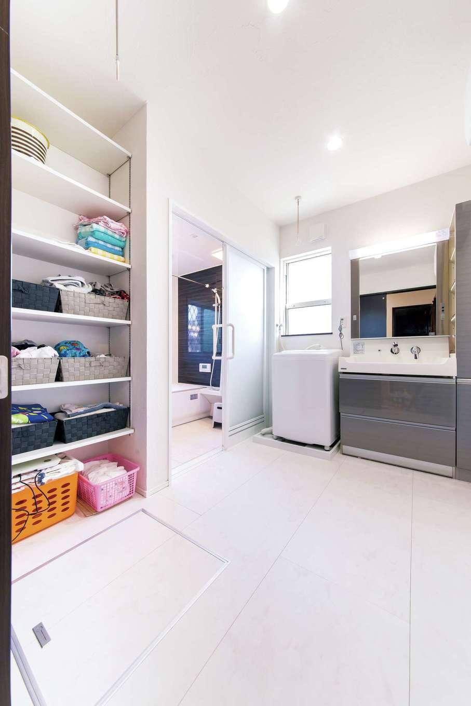 朝日夢工房【子育て、趣味、間取り】標準的な一坪よりも広くしたいとオーダーした浴室と洗面脱衣所。雨の日に洗濯物を干しても充分なスペース