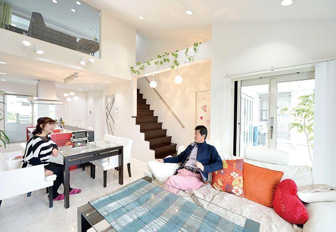 朝日夢工房【デザイン住宅、省エネ、夫婦で暮らす】立体的かつ有機的に空間を連ねることで、実際の広 さ以上の開放感と自然なつながりがもたらされた。内断 熱と外断熱を組み合わせたダブル断熱は優れた気密・断 熱性を発揮。結露を抑え、建物の長寿命化にも貢献する