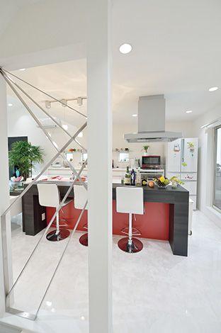 朝日夢工房【デザイン住宅、省エネ、夫婦で暮らす】元々は壁だったが、ご主 人のアイデアでオリジナルの格子を設置。キッチンからの 視線にゆとりが生まれ、「ただいま」「おかえり」もスムー ズに