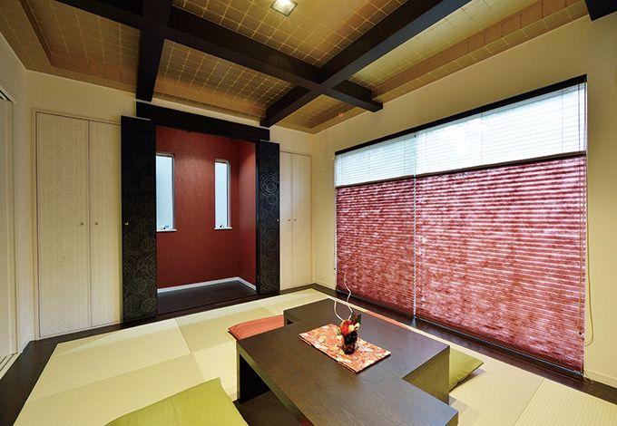 赤と黒のコントラスト、壁や襖に見える水紋模様、そして天井に施された金彩。和室はご主人の要望を元に モダンと遊び心が混ざり合う空間に仕上がった