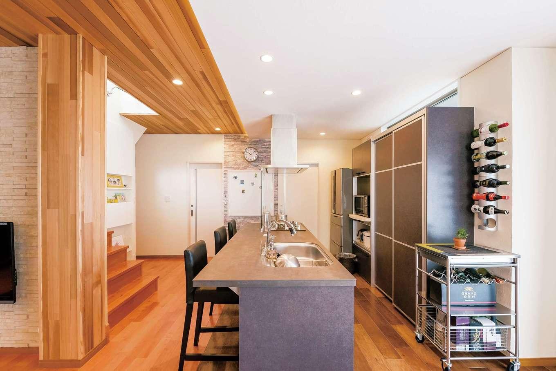 朝日夢工房|奥さまの要望でセラミックトップのキッチンに。周遊動線により家事効率が高められた