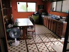 ダイニングも兼ねたキッチンは、作業スペースも収納量も十分な広さとはいえず、家事効率を落としていた。また独立した空間だったため、コミュニケーションが生まれにくかった
