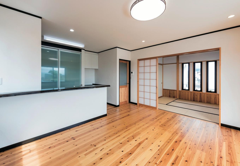 無垢の床材と塗り壁の自然素材が優しい印象のLDK。使いやすい収納や造作、和のテイストが随所に