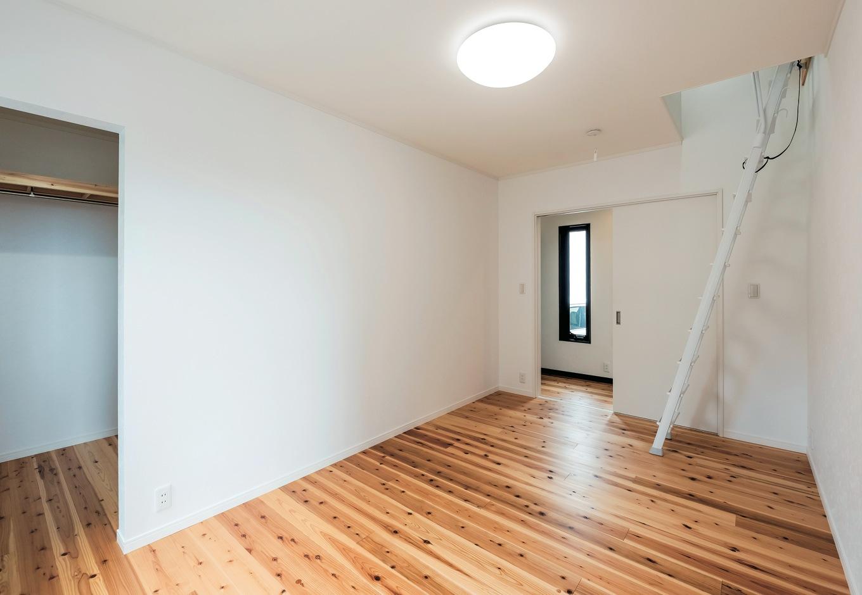 洋室はロフトも備えて、収納スペースを確保。扉を付けないクローゼットも使いやすい