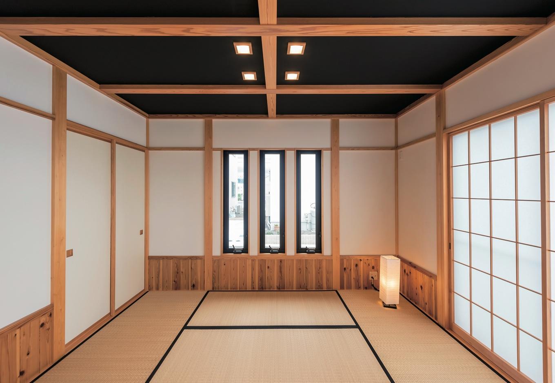 リビングと接する和室。黒い天井と照明が個性的