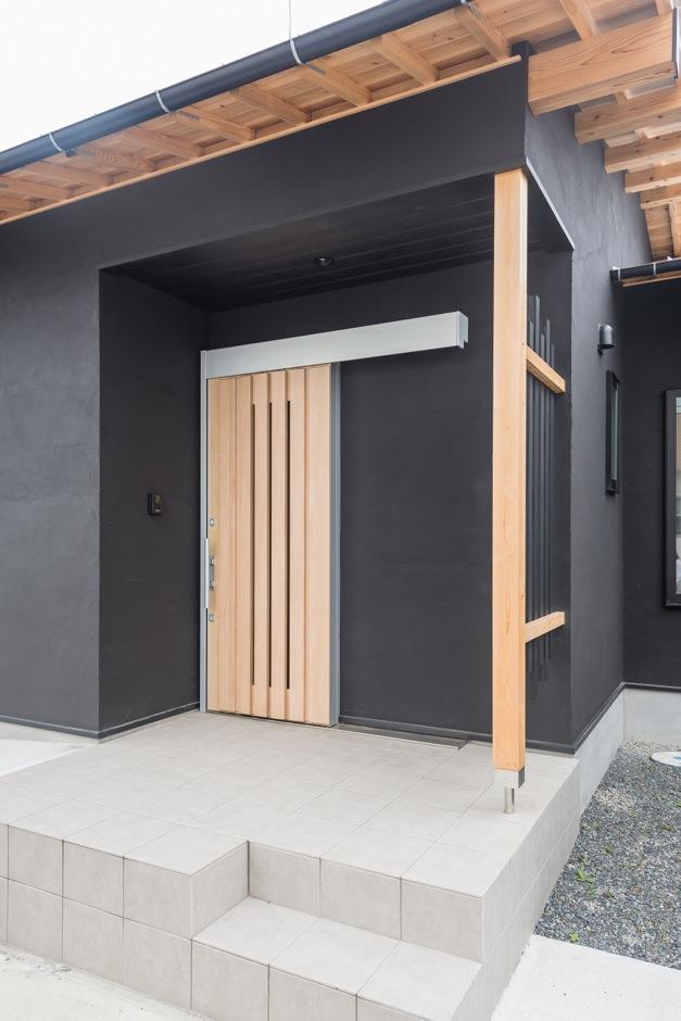 和風の趣をたたえた玄関。引き戸の採用で省スペースで出入りしやすい。広めのポーチはベビーカーの出し入れにも便利