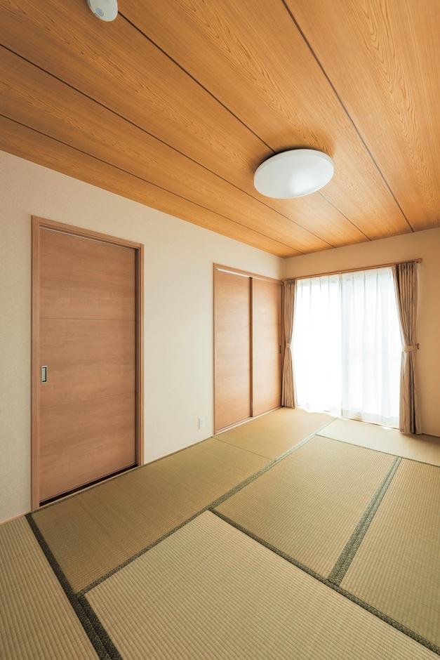 和に憧れがあったご主人も納得の和室。建具には木調の室内建材を使用。襖と違って色あせや張替などの心配がなく、耐久性もあるのでメンテナンスも楽
