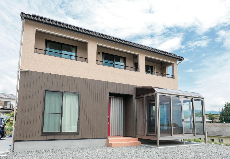 庭から富士山を仰ぐロケーション。大きなインナーバルコニーが存在感を示す。屋根には10kWの太陽光発電パネルを搭載