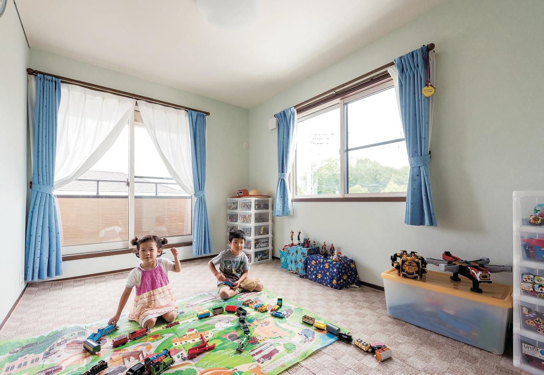 クロスやフローリングは他の部屋と統一し、カーテンを差し色にした子ども部屋。個室ができて、大好きなおもちゃ遊びに夢中になることも