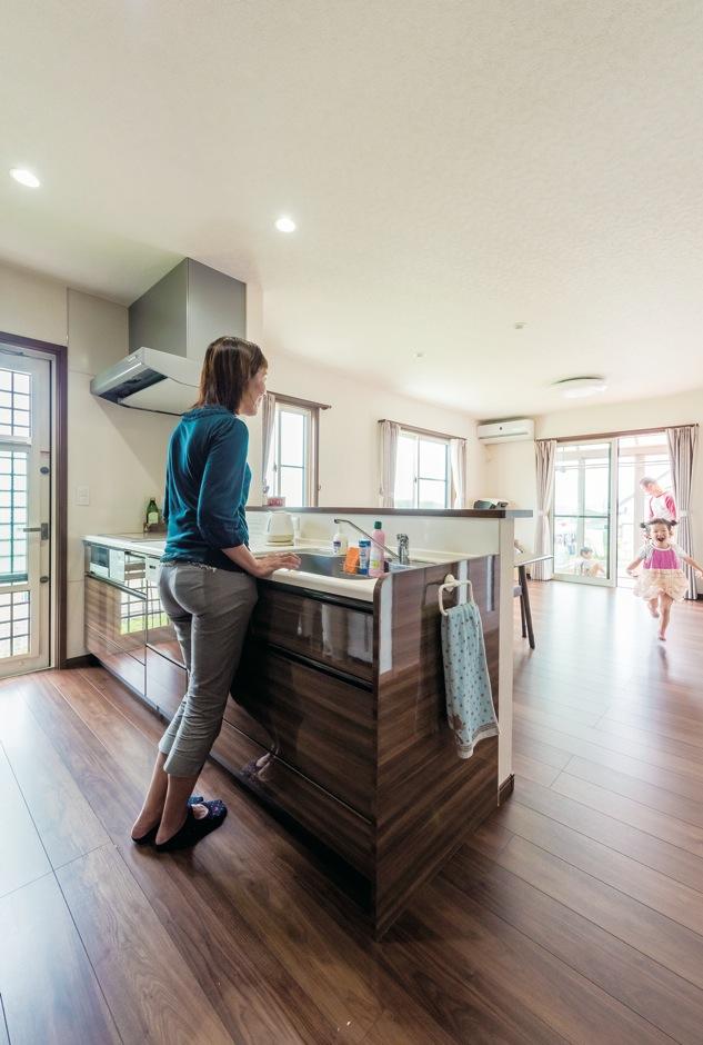 背面も広く作業がしやすいキッチン。パネルの色は建具と揃えてLDKはスッキリした印象に