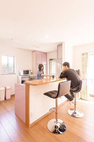 ハウテックス【1000万円台、子育て、間取り】優しい藤色がかわいらしいキッチン。長く愛用できる色調は奥さまが選んだもの。カウンターは、食事も取れるように広めに。お洒落なハイスツールは、ご主人のお気に入り