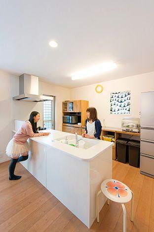 オープンキッチンにプラン変更。その分、食器棚は持ち込みにし、ぴっ たりサイズになるようご主人がDIY