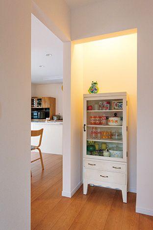 奥さまが趣味で収集しているレト ロ雑貨を飾るスペースを玄関正面に設置。照明を仕込み、ライトアップでき るようにしている