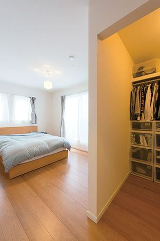 広めのウォークインクローゼットを設置した寝室