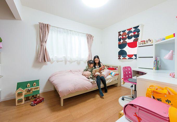 コストダウンを考えた奥さまの手作りのカーテンがお洒落な子ども部屋。全室白の壁紙を採用しているが、北側の子ども部屋 は、少しでも明るく見えるようにとより明るめの白を選択しているそう。視覚効果も考えてセレクトしているのはさすが。クローゼッ トの扉もなくしている分、広々とした印象