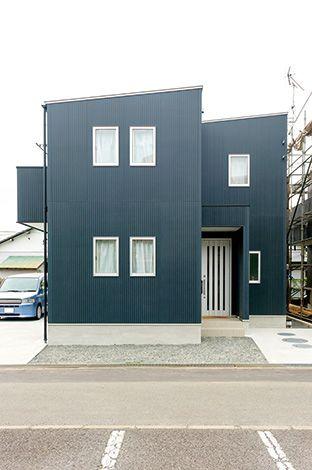 外壁の種類も豊富。 シックな紺色の防火サイディン グはご主人のチョイス