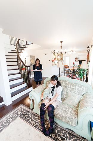 ハウテックス【輸入住宅、趣味、間取り】最後の最後までこだわったというリビング階段は家の シンボル。「居心地のよい家なので高校生になる長 男も1階で家族と過ごすことが多いです」