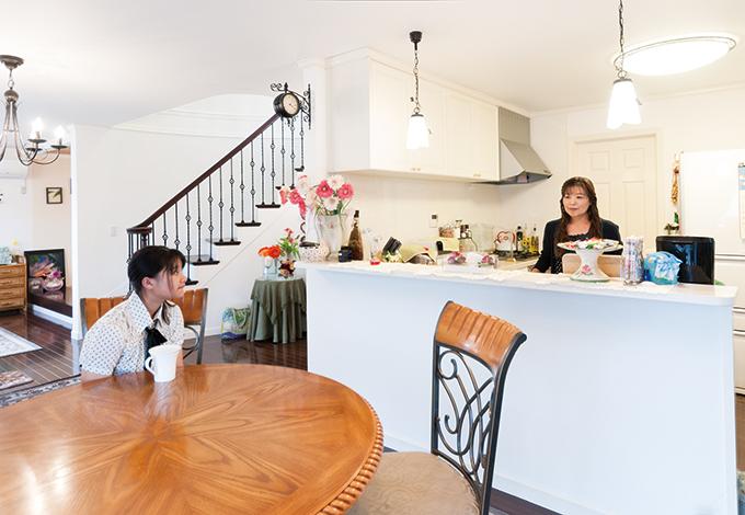 ハウテックス【輸入住宅、趣味、間取り】アメリカから持ち帰ってきたダイニングテーブル。奥さまはL字型のキッチンから家族と触れ合う