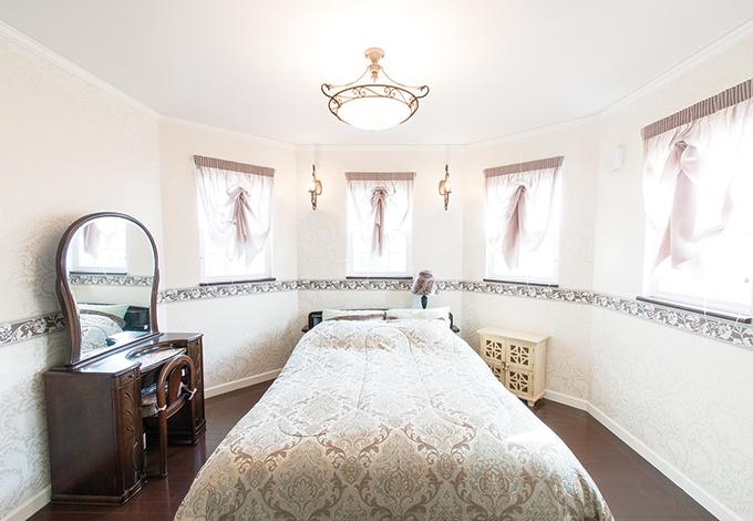 ハウテックス【輸入住宅、趣味、間取り】寝室は窓を多くとり、カーテン越しのやわらかな光に包まれる