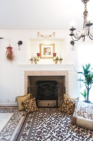 ハウテックス【輸入住宅、趣味、間取り】暖炉はアメリカで住んでいた家のものを再現! 「こういう暖炉を造ってほしい」とKさんがアメリカから送ってき た写真を元に造作。