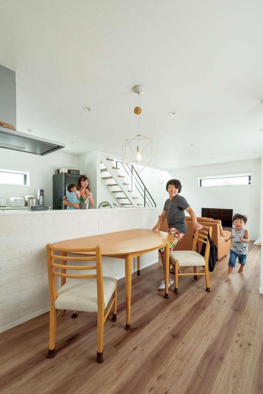 ハウテックス【1000万円台、子育て、間取り】家事動線を考えたアイランド型のキッチン。子どもたちは走り回って遊んでいるそう。手元を隠せる高めのカウンターは、匂いと湿気を吸収するエコカラット。視覚的なポイントにもなっている