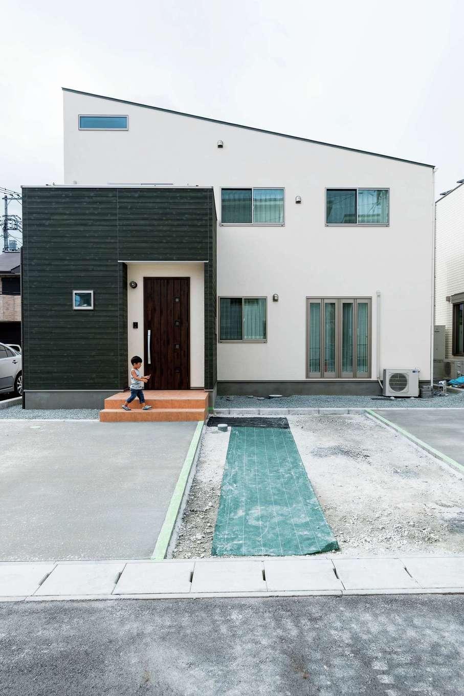 ハウテックス【1000万円台、子育て、間取り】コテむらを残して仕上げた外壁は約60年間メンテナンスフリー。玄関まわりのみ深緑のサイディングでアクセントをつけた