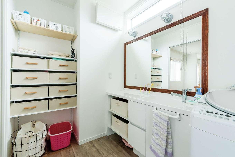 ハウテックス【1000万円台、子育て、間取り】約3畳と広めで使いやすい洗面室。大きな鏡は奥さまが希望した特注品。タオルなどを収納できる棚も造作した