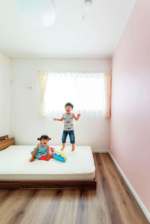 ハウテックス【1000万円台、子育て、間取り】2階のプライベートルームは部屋ごとに壁紙の色を変え、ピンクは長女の部屋になる予定