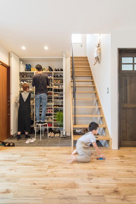 R+house静岡葵・静岡駿河(住宅工房コイズミ)【デザイン住宅、狭小住宅、間取り】玄関・階段・リビングがひとつの空間にある。スペースに無駄がなく、その分広がりを感じられる