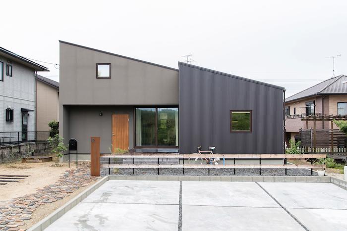 R+house静岡葵・静岡駿河(住宅工房コイズミ)【デザイン住宅、狭小住宅、間取り】平屋にも見える高さを抑えた外観。ブロックごとに外壁の種類を変え表情豊かに