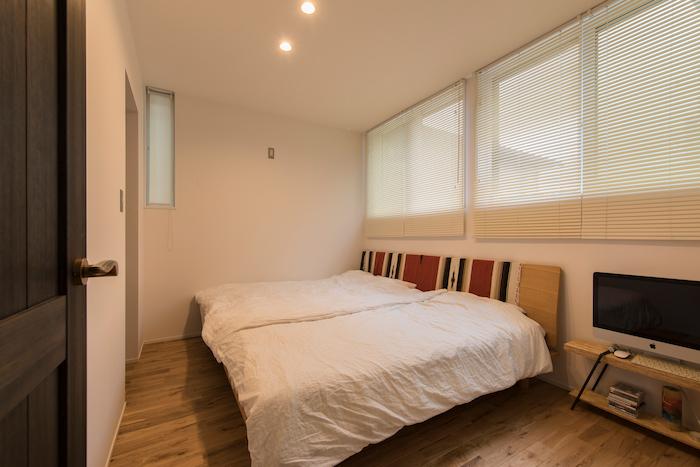 R+house静岡葵・静岡駿河(住宅工房コイズミ)【デザイン住宅、狭小住宅、間取り】主寝室は1階に。左手奥には大型のクローゼットがある