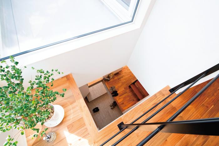 R+house静岡葵・静岡駿河(住宅工房コイズミ)【デザイン住宅、間取り、建築家】ダイニングの一部が吹き抜けに。開放感を演出するとともに玄関に明るさを届ける。たたきと同じタイルで作った式台がお洒落