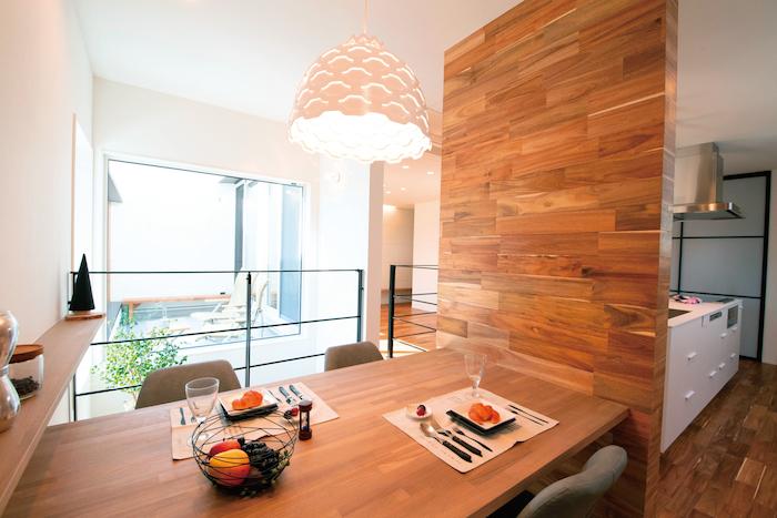 R+house静岡葵・静岡駿河(住宅工房コイズミ)【デザイン住宅、間取り、建築家】ダイニングの壁面には床と同じフローリング材を貼ってアクセントに