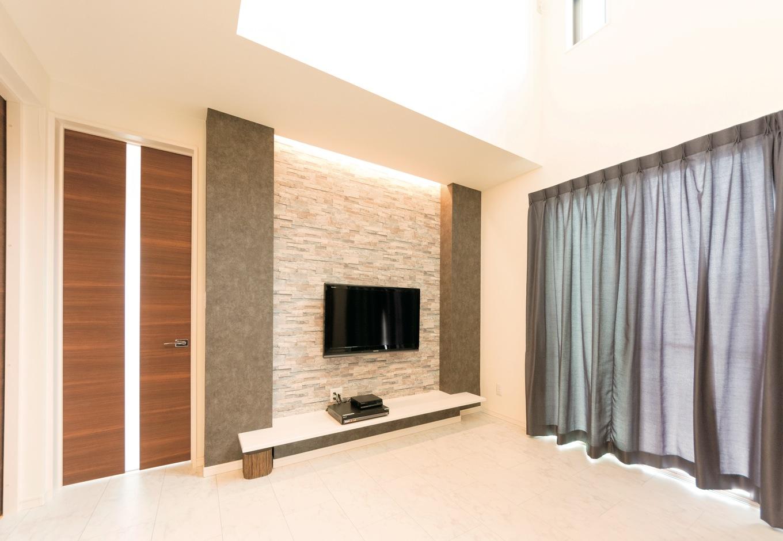 テレビボードには間接照明を。シックな壁面と相まって、幻想的な雰囲気に。お洒落なだけでなく、目にも優しい配慮