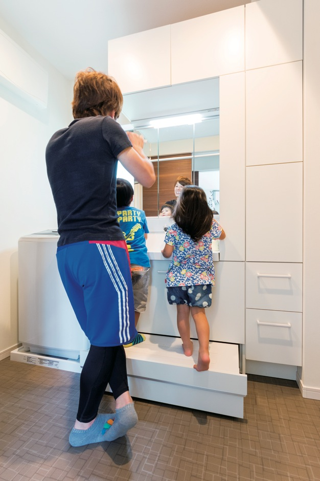 小さなお子さんが使いやすい、洗面台下の引き出し台。子育て世代に嬉しいこの設備は、『ホームアシスト』なら標準仕様!
