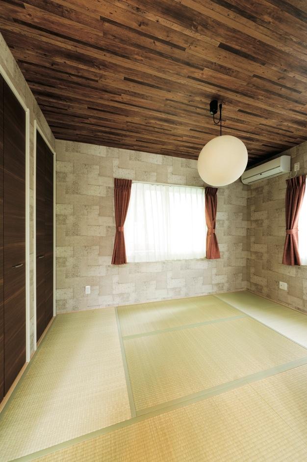 客間としても和室は欲しい、でも普通にしたくないと奥さまが壁紙をチョイス。モダンな印象に仕上がった
