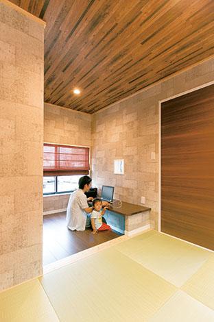 ホームアシスト【1000万円台、子育て、間取り】「普通にしたくなかった」という和室にはパソコン用のカウンターデスクも。正面の小窓はキッチンとつながる