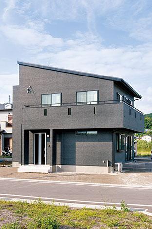 ホームアシスト【1000万円台、子育て、間取り】サッシもブラックにこだわったスタイリッシュな外観。片流れ屋根とL 字のベランダが印象的