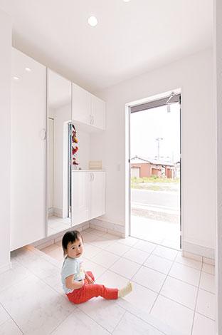ホームアシスト【1000万円台、子育て、間取り】機能的な玄関収納を間接照明で演出。大理石調の床は傷もつきにくい