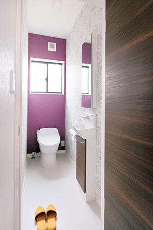 ホームアシスト【1000万円台、子育て、間取り】トイレの壁面は花をモチーフにした柄にパープルを合わせている