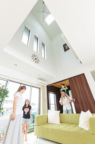 ホームアシスト【1000万円台、デザイン住宅、子育て】夕方まで電気をつけなくてもいい暮らし は、吹抜けのおかげ。断熱材とハウス ラッピングで遮熱しているおかげで、冬 は家全体が温まり、夏は風通りが良く快適とのこと