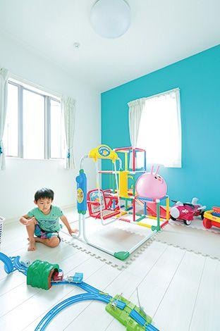 年子のため、子ども部屋は最初から二部屋確保。 壁紙はそれぞれピンクと水色でポップに。お姉ちゃ んの部屋はクローゼットを広めに取った